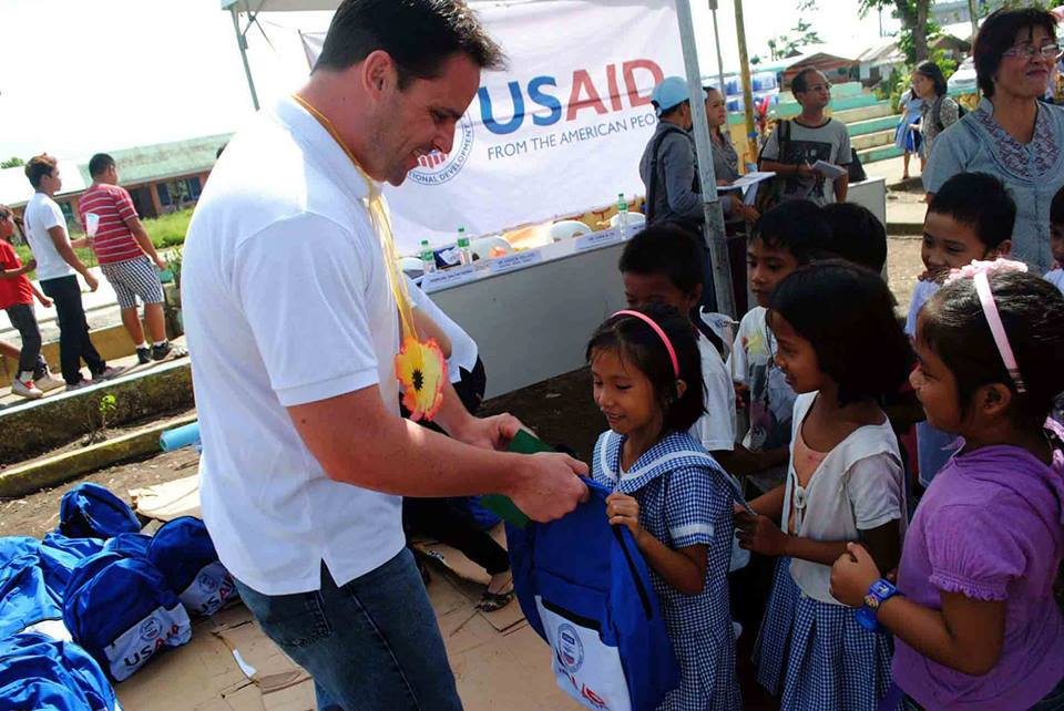 School children at the Pawing Elementary School in Pawing, Palo in Leyte receives educational kits from the USAID (United States Agency for International Development) on Jan.30.(TOTEX ARCUENO)